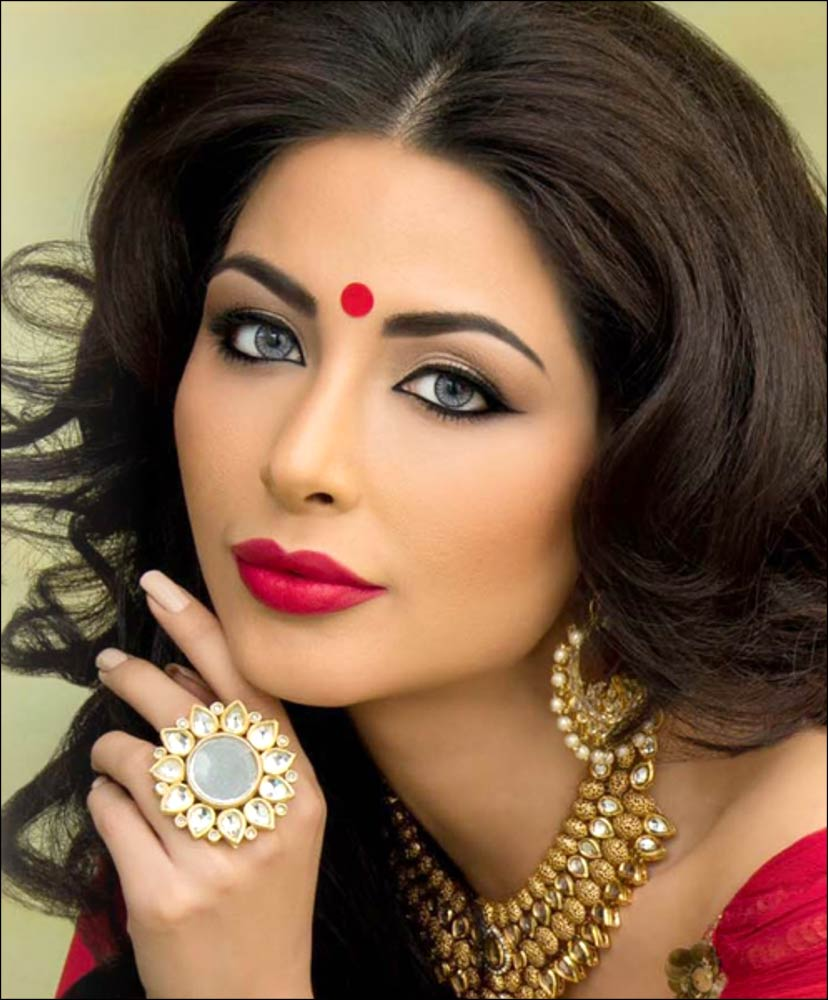 Kohl Eye Makeup With Even Tone Eye Shadow, gold necklace, earring, red bindi and indian hairstyle