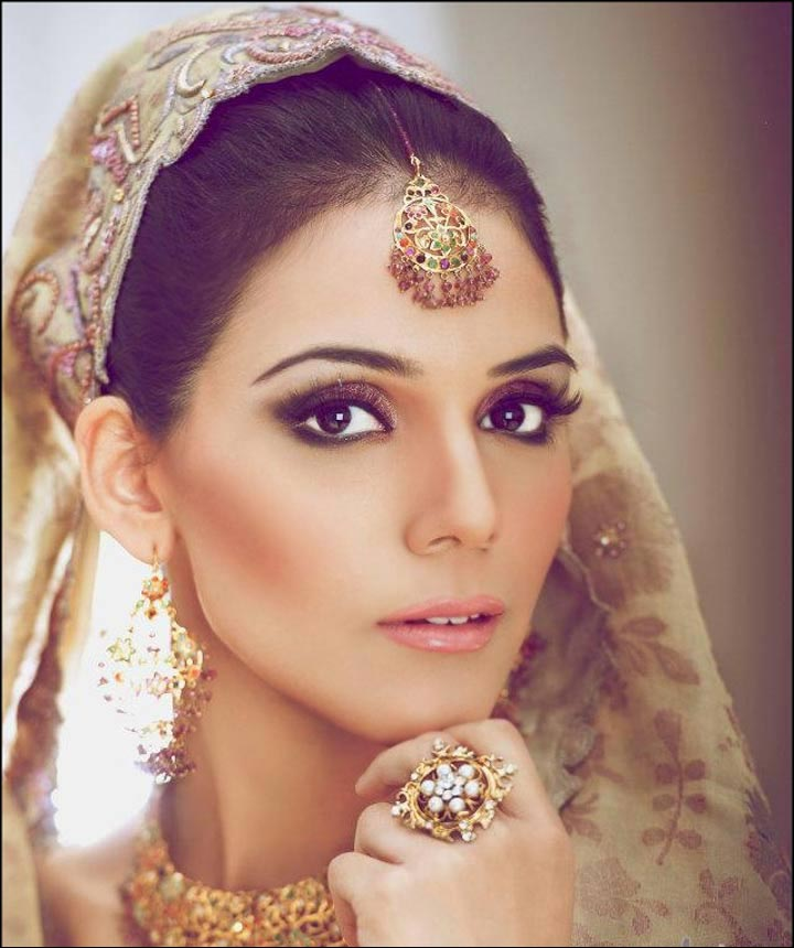 Bridal look with gold jewellery like earring, big rings and maang tikka