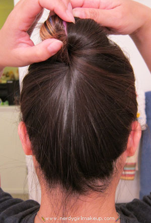 Create a bun without hairties, bobby pins, clips, or pencils. Hairstyling Hacks for Lazy Girl