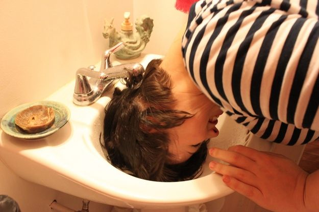 If you have too thick hair, which is incredibly difficult to rinse, try to wash off the shampoo in the sink. Hairstyling Hacks for Lazy Girl