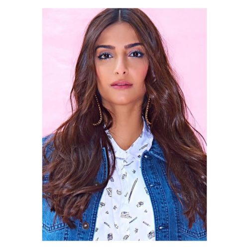MIDDLE PARTED OPEN HAIRSTYLE Sonam Kapoor Hairstyles For Your Perfect Look