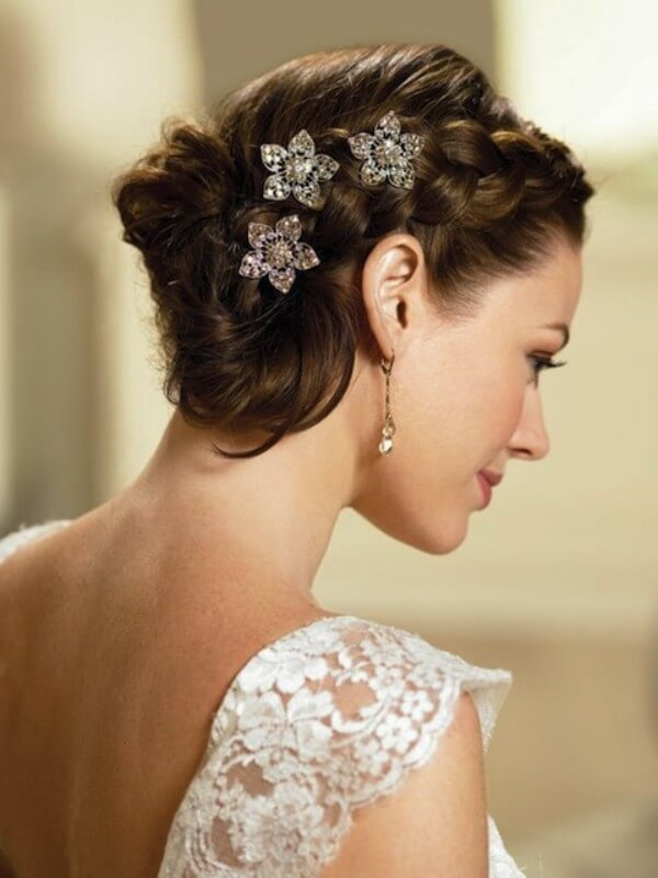 Wedding's A Good Time For Braid! Weaving and beautiful accessories are the key to a chic hairstyle.