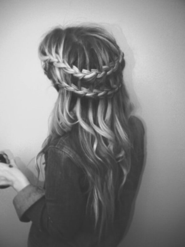 Delicate Hairstyle: Woven Hairstyle