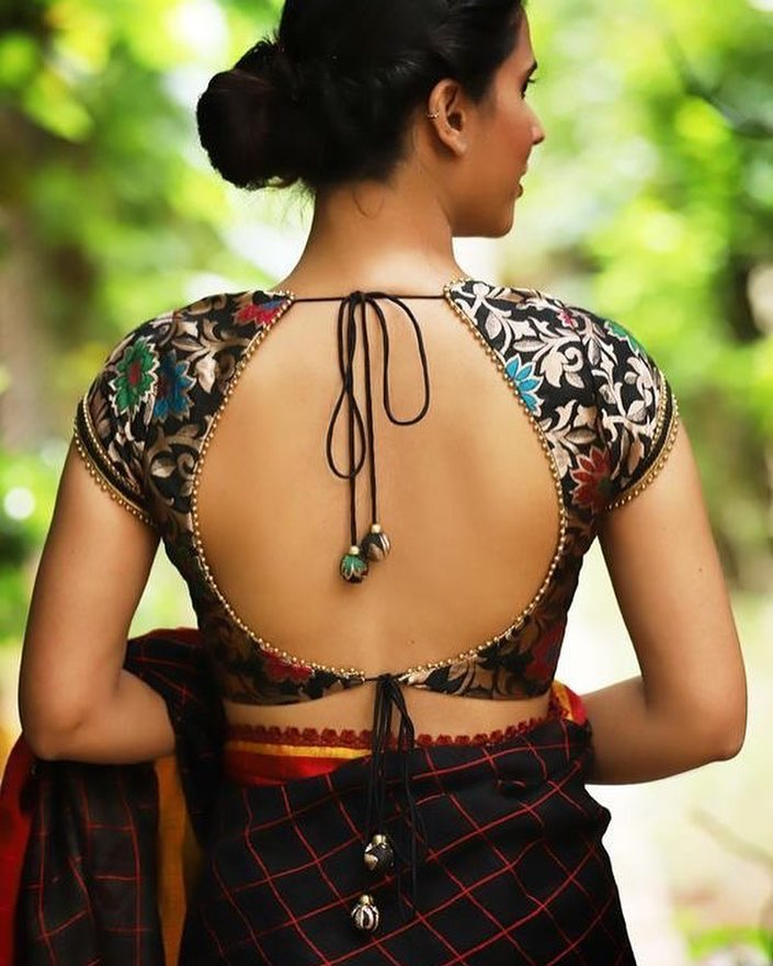 Backless blouse design for glamorous look