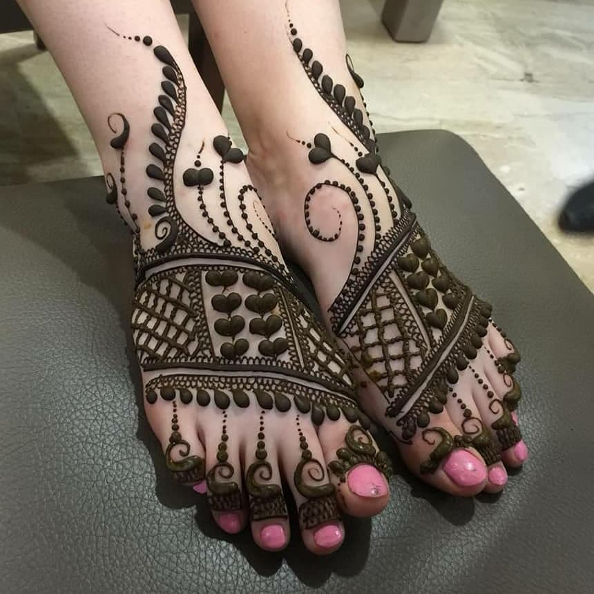 The love for hearts: Modern Henna Mehndi Designs For Legs