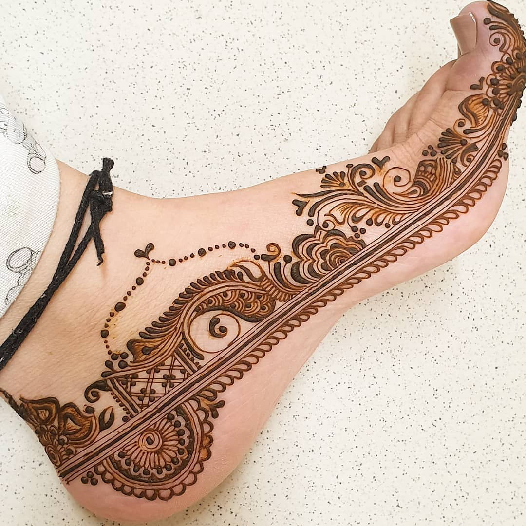 Sideways pattern: Modern Henna Mehndi Designs For Legs