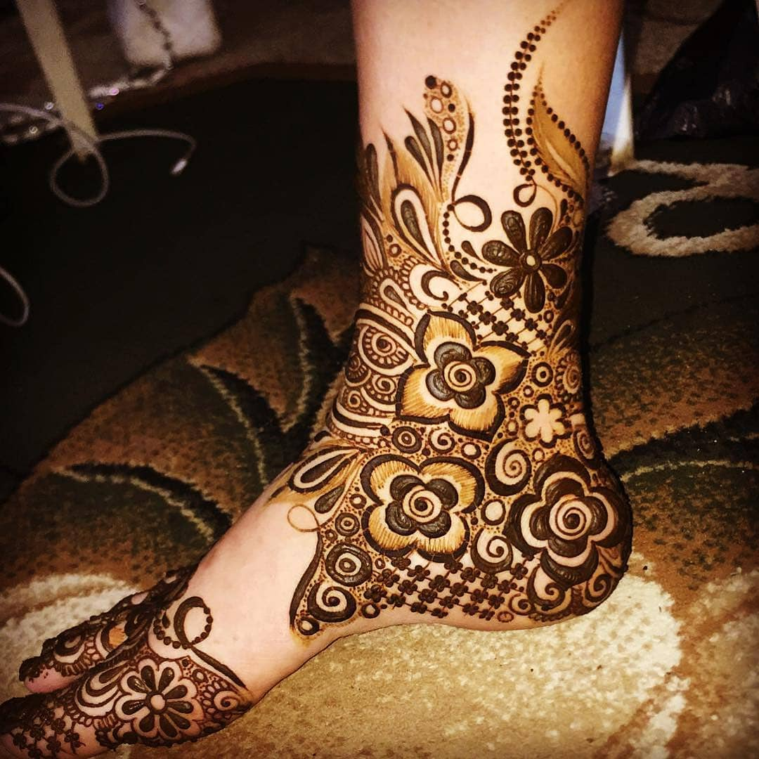 Side slanting mehendi design: Modern Henna Mehndi Designs For Legs