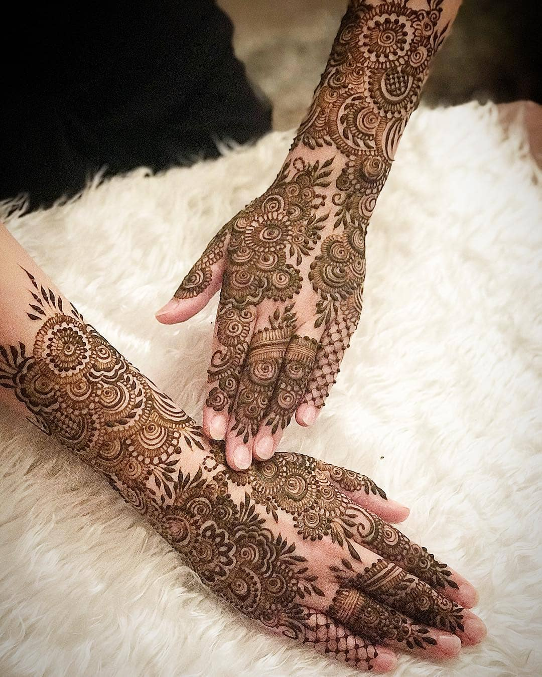 The conventional grace: Beautiful & Simple Mehndi Designs for Hand