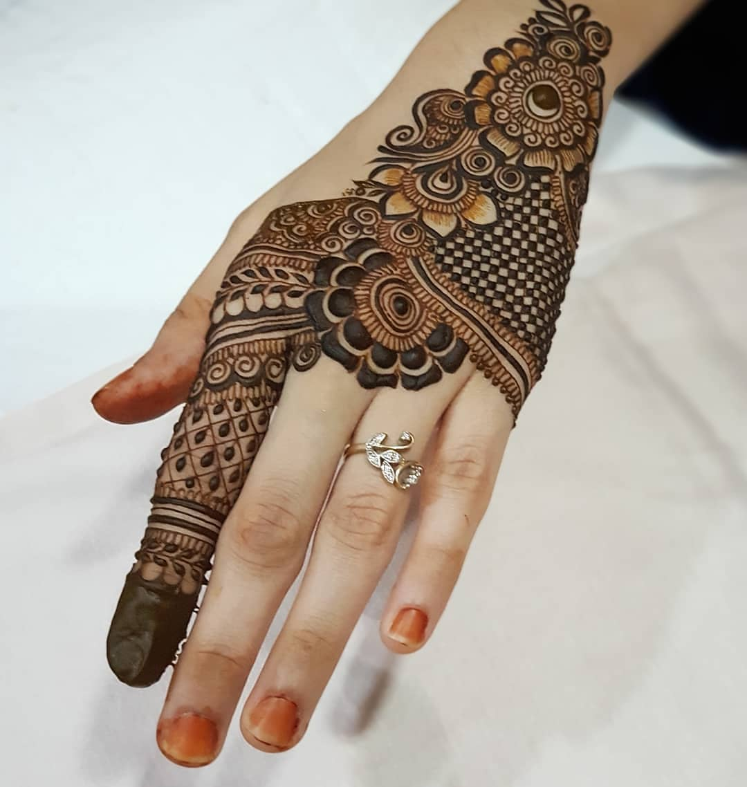 A detailed checkered design: Simple Mehendi Designs for Any Special Occasion