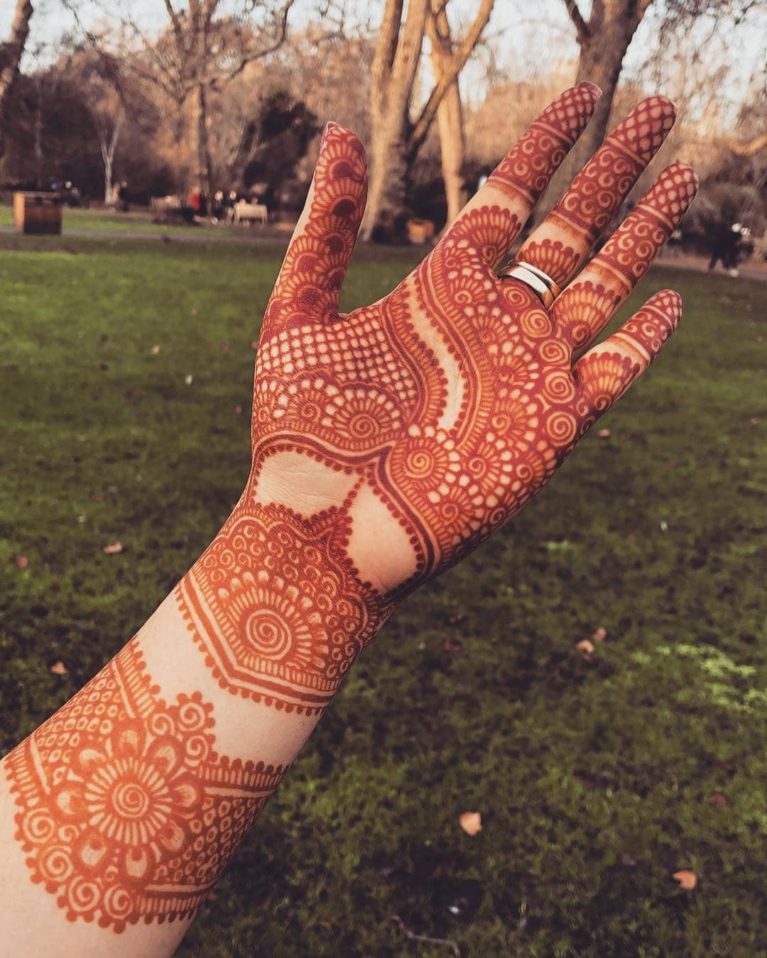 The theme of tradition: Beautiful & Simple Mehndi Designs for Hand