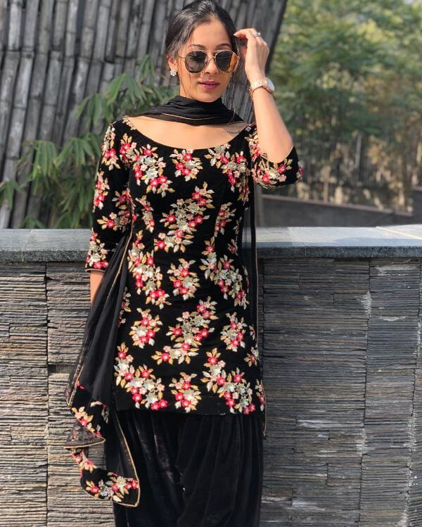 Beautiful black suit with kadai on it which is very catchy and attractive for any occasion