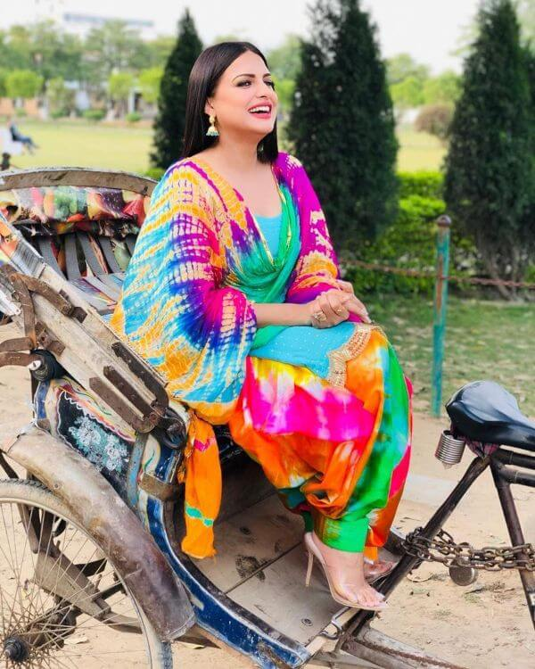 Himanshi Khurana is looking beautiful in bright and colourful suit