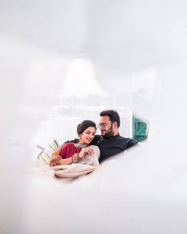 Pre-wedding shoot of love bubble Winter Pre-Wedding Photoshoot Ideas with Beautiful Locations