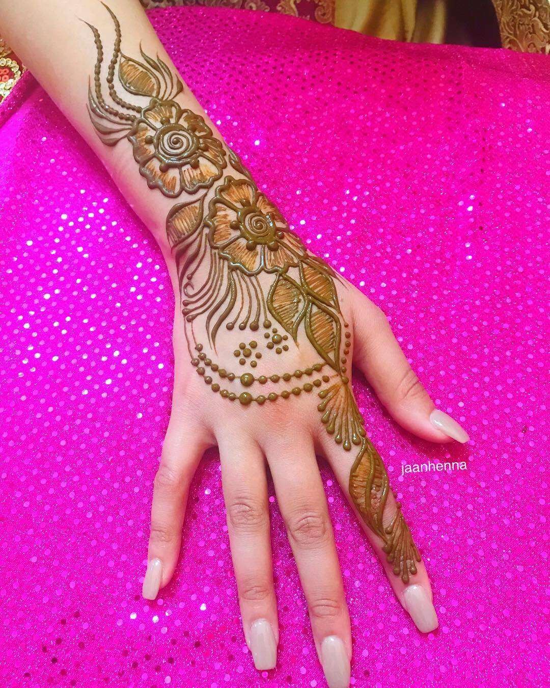 Beautiful Simple Arabic Mehndi for Back Hand