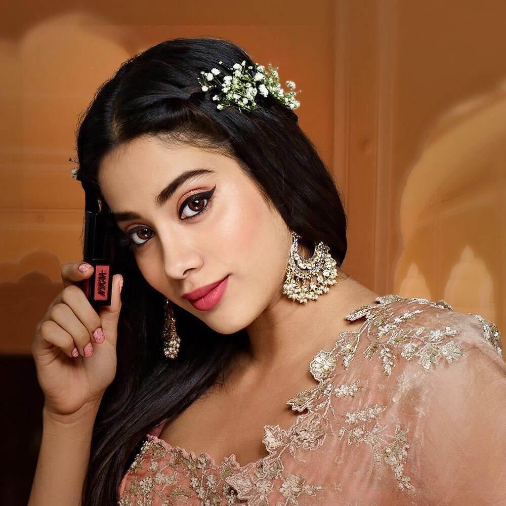 The gold chaand baali Janhvi Kapoor's earrings