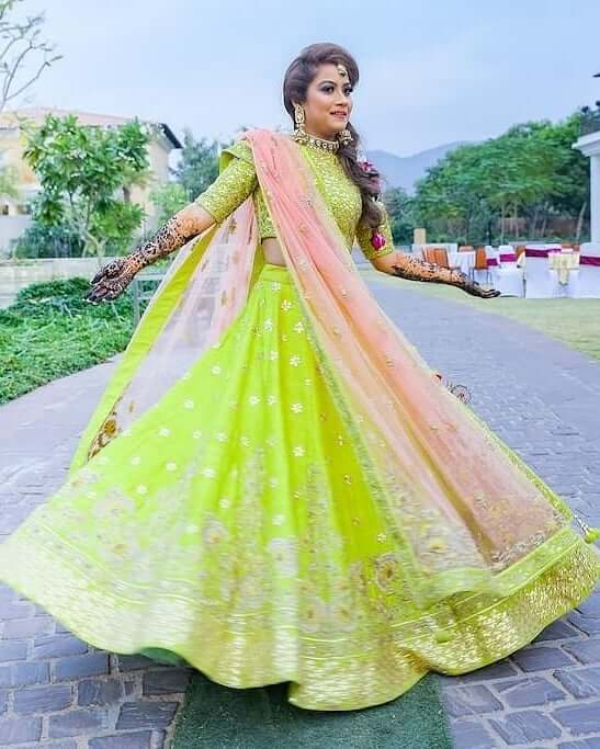 Getting clicked while twirling Lehenga - What do brides wear for Mehndi Function? Know from Real Brides!