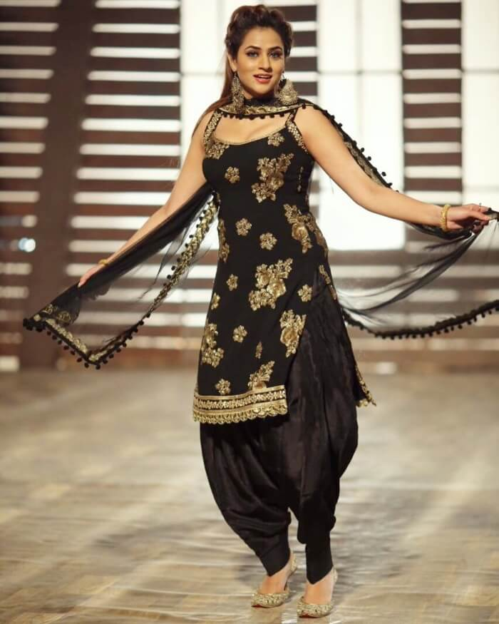 Black patiala suit with sleeveless kurti for Indian party dress with western touch for short height girls and ladies.