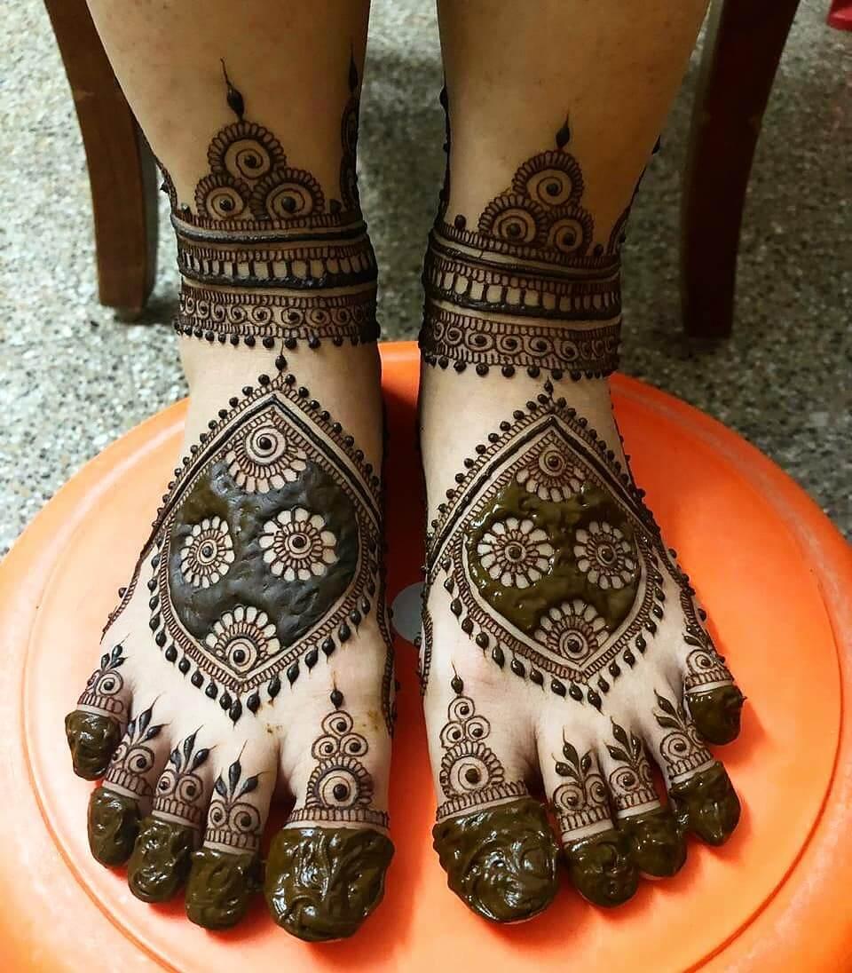 Minimalistic Mehandi Design For Bride's Legs