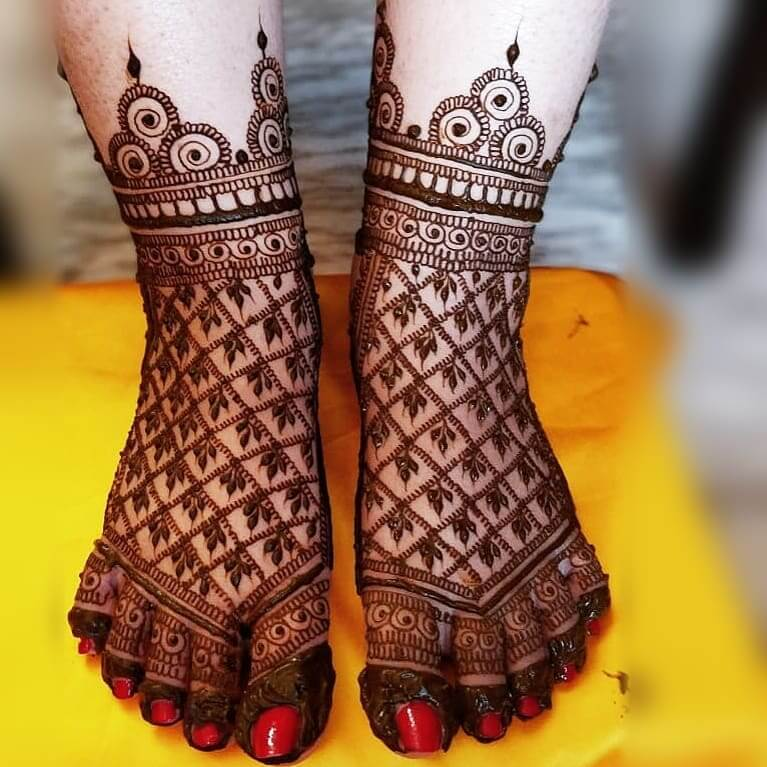 Gracious Grids With Leafy Pattern In Bridal Mehandi