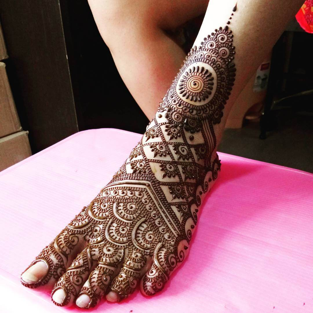 A Perfect Combination Of Lines And Curves In A Bridal Mehandi Design