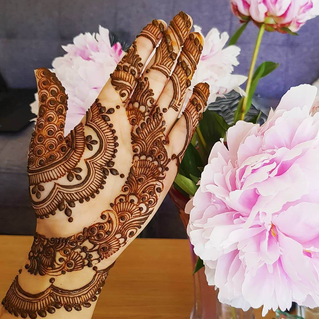 Fascinating floral grid fill pattern for flawless brides and bridesmaids Half Hand Mehndi Design
