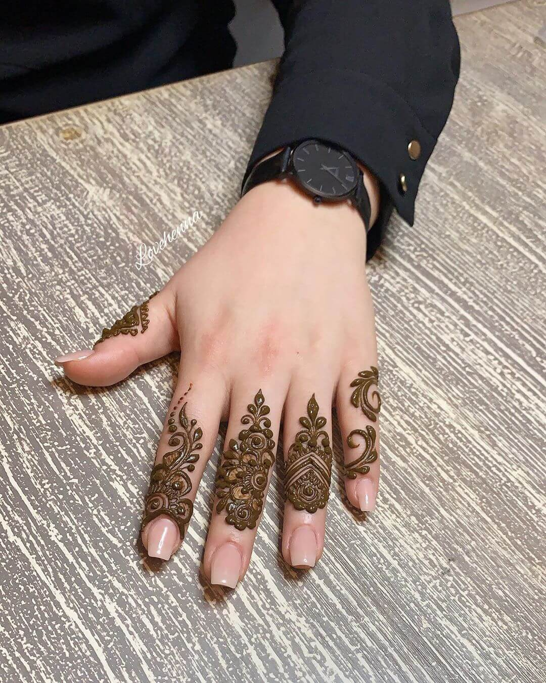 Khafif Paisley Mehndi Design For Fingers
