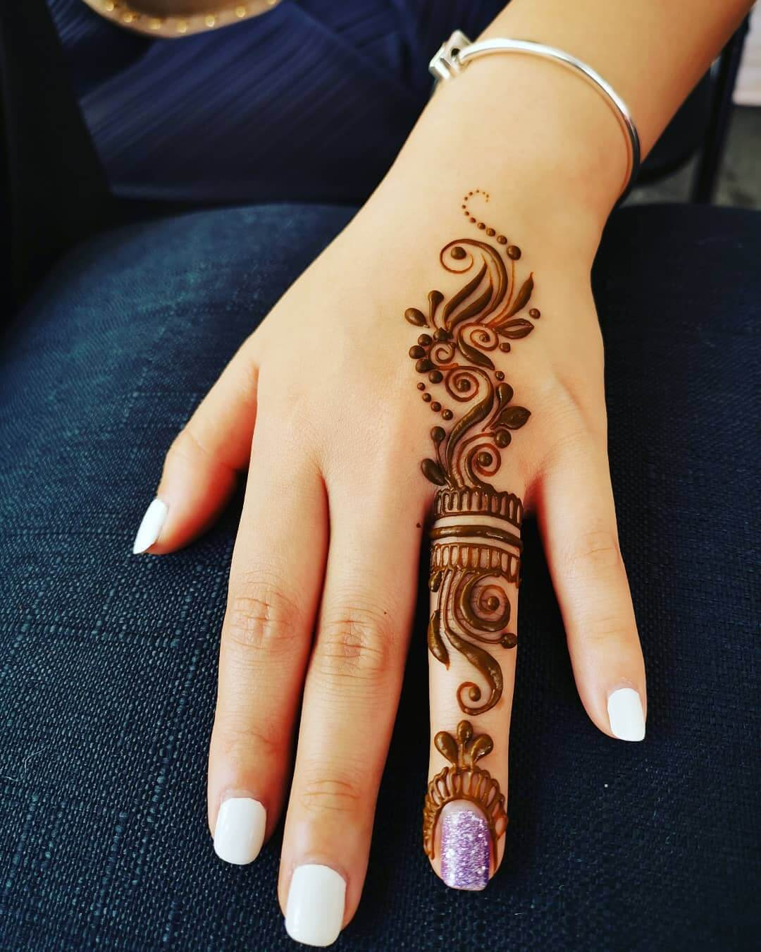 One Finger Wavy Mehndi Design