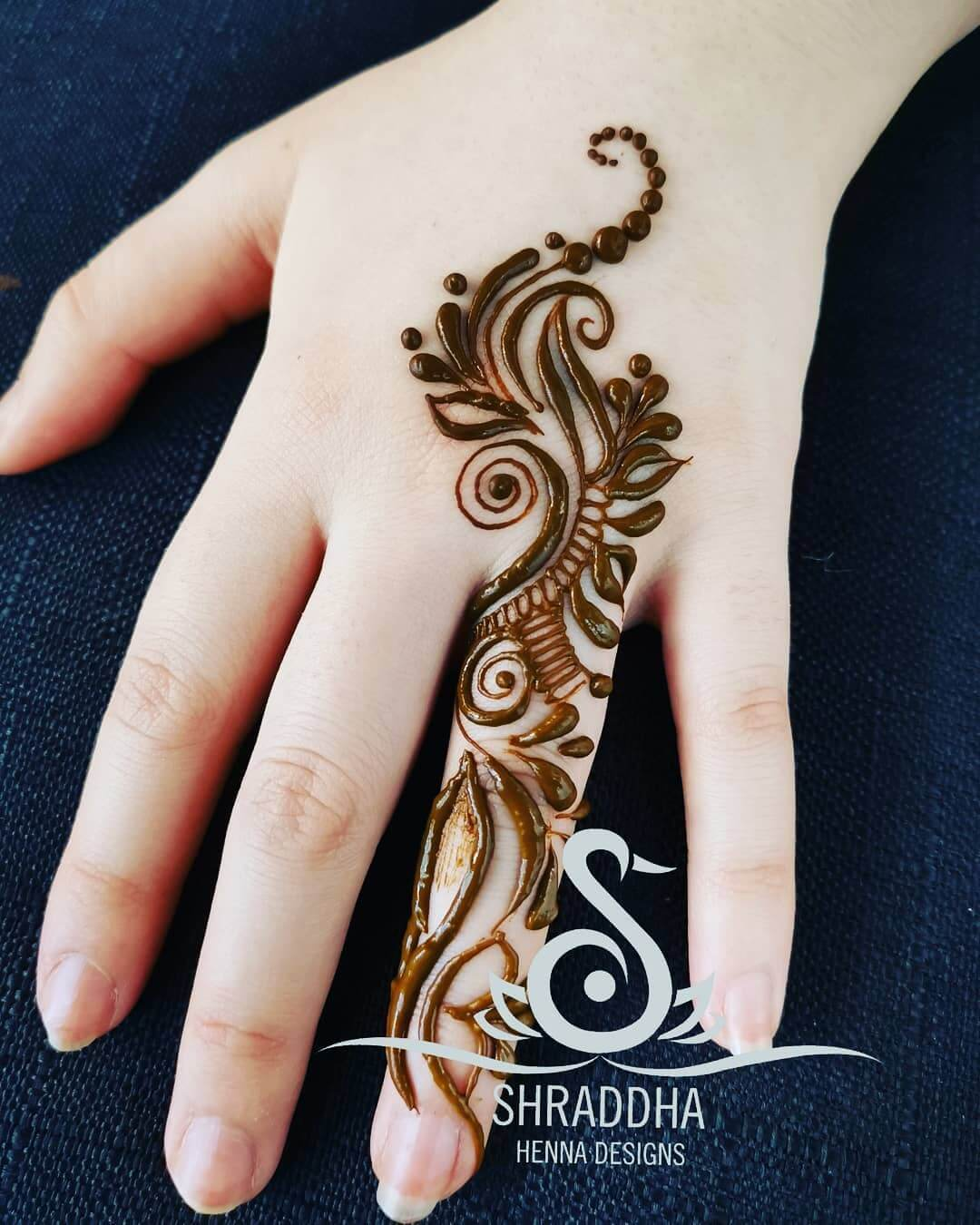 One Finger Outlined Mehndi Design
