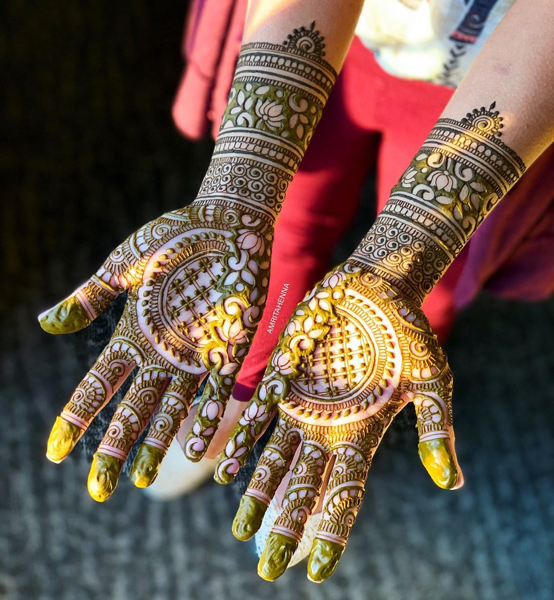 Amusing mirror Marwari style henna for amorous brides