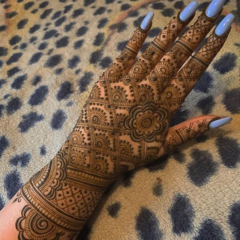 Beautiful Grid kerala Mylanchi mehandi Designs For Back Hand