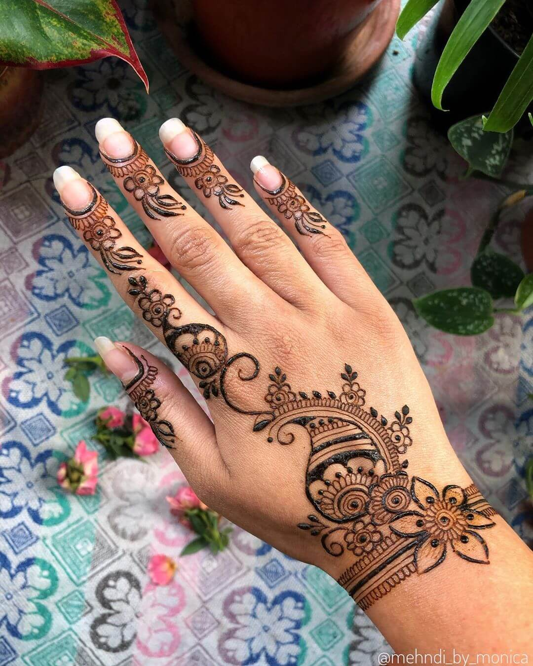 Basic Arabic kerala Mylanchi mehandi Designs For Back Hand