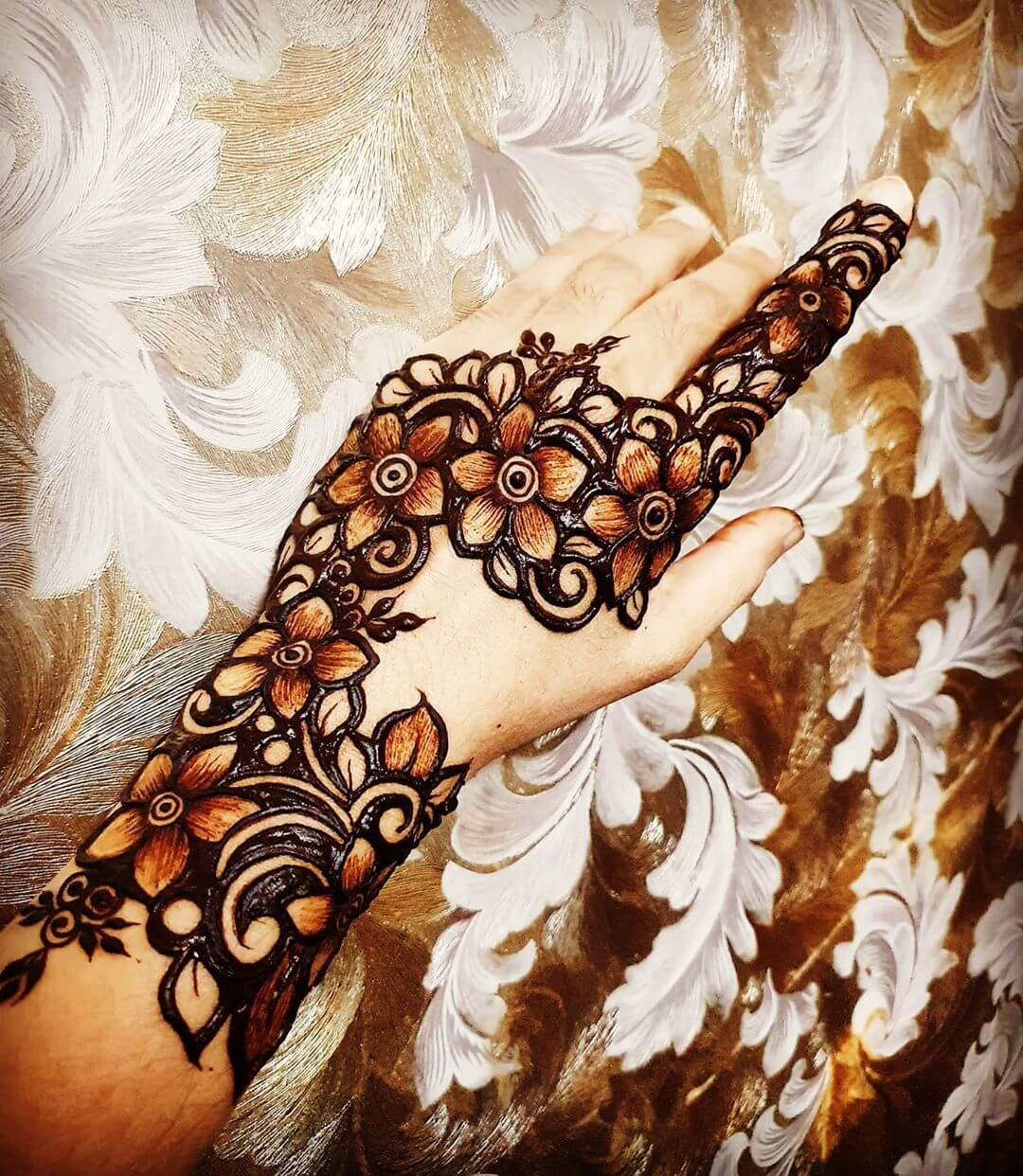Play with Old Styles Mehndi for Back and Front Hand