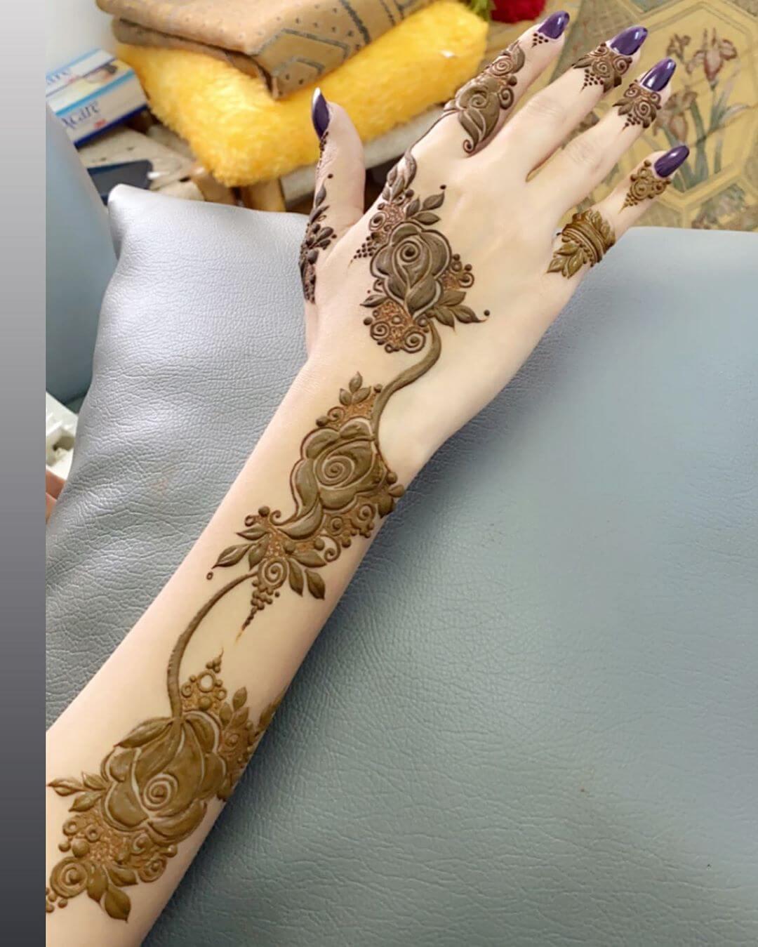 Full yet Light hand mehndi designs for back hands