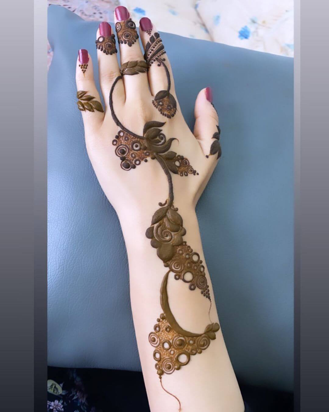 Swirls and Spiral mehndi designs for back hands