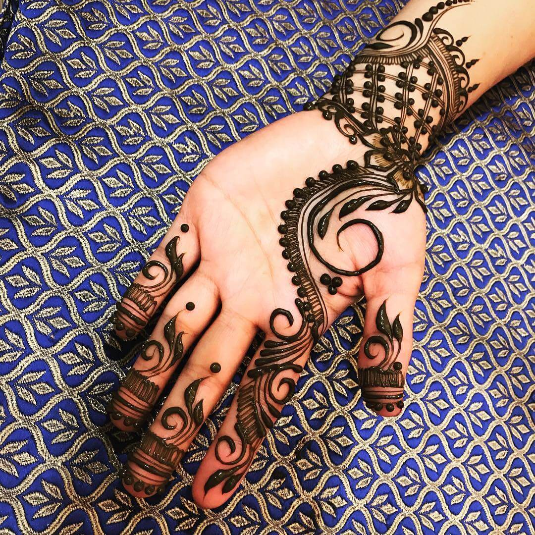 Mehndi Design With Flower Cove For Front Side