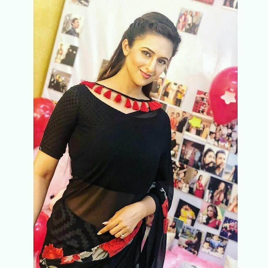 Divyanka Tripathi Black Dot Print Boat Neck Blouse With A Red Lace
