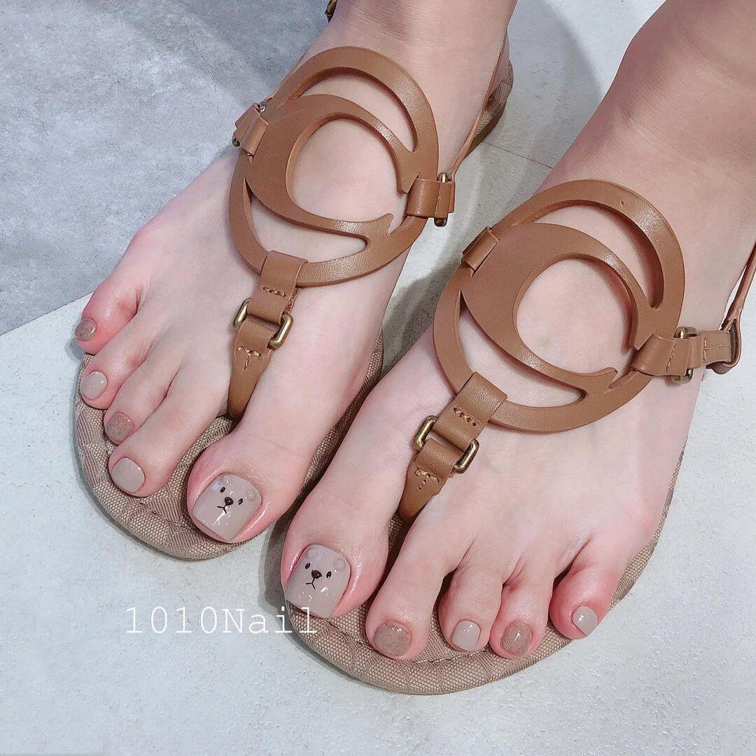Do some nail art on your foot as well!